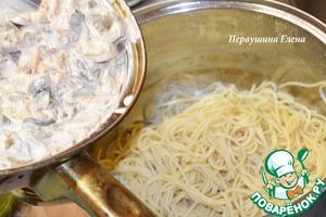 Смешать соус с макаронными изделиями и перемешать. Добавить рубленную зелень.