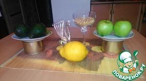 Итак, нам понадобятся - 2 банки обязательно консервированных кальмаров, 2 спелых, сочных авокадо, 2 зеленых яблока, 100 г кедровых орешков, которые и придадут неповторимую нотку в наши блинчики! И соевый соус - для заправки, также можно заправить подсолнечными маслом.
