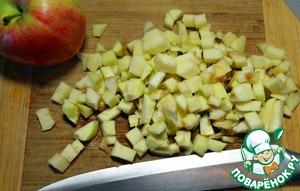 Теперь можно приступить к приготовлению соуса. Яблоко очищаем от кожуры и удаляем сердцевину. Нарезаем мелкими кубиками.