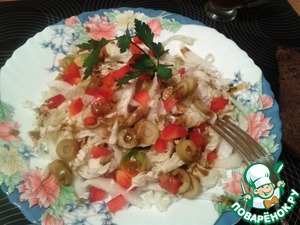 Ну, и завершаем композицию, колечками нарезанными оливками, болгарским перцем, соусом и веточкой петрушки.