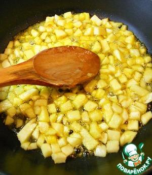 В сотейник или глубокую сковороду наливаем подсолнечное масло, отправляем туда порезанное яблоко и ставим на огонь. Как только сковорода нагреется высыпаем обычный сахар и апельсиновый сахар. Если нет апельсинового сахара, то его можно заменить апельсиновой цедрой. Добавляем гвоздику. Постоянно помешивая тушим яблоки около 15 минут.
