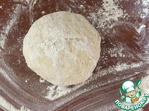 Второе тесто: сметану взбить с яйцами+ 2 (2,5) стакана муки. Замесить тесто