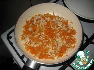 Добавить натертую морковь, обжарить, добавить нарезанную курицу, щепотку соли, влить вино. Тушим 10 минут. Добавить томатную пасту, перемешать, потушить пару минут.   Вместо вина можно добавить бульон.