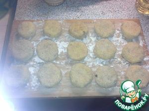 Лепим биточки из фарша, придаем им форму. затем обваливаем в муке, опускаем в яйцо и быстро в сухари панировочные. Кладем на доску. так поступаем со всем фаршем. Убираем биточки минут на 15 в морозилку. Чтоб схватились.