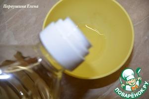 Сделать заправку: влить в отдельную мисочку масло.