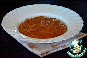 Для крема взбить вареную сгущенку и масло комнатной температуры