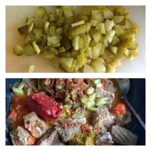 Огурцы нарезать средним кубиком и добавить к мясу вместе со всеми специями и солью. Добавить томат пасту и 250-300 мл процеженного бульона. Тушить минут 10