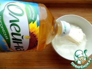 """Делаем соус. Мелко натереть яичный белок, смешать его со сметаной, хреном, сахаром, солью, растительным маслом ТМ """"Олейна"""" и плавленным сырком в однородную массу."""