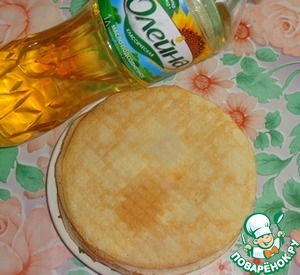 Make the batter for pancakes from milk, eggs, sugar, salt and flour. Add to the dough sunflower oil TM Oleina.