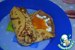 Screw the pancakes, roll, podrachivaya the top and bottom.