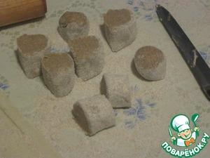 Для теста смешать муку и соль, постепенно вливать кефир, пока тесто не получится эластичным.   Скатать из него пару колбасок, разделить на кусочки величиной с крупный грецкий орех.