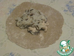 Roll out on floured table each piece of dough thinly, put a tablespoon of julienne and a teaspoon of rice.