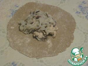 Раскатывать на присыпанном мукой столе каждый кусочек теста тонко, выложить столовую ложку жульена и чайную ложку риса.