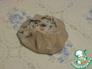 Защипать тесто по краям в складочки, оставив небольшое отверстие сверху калитки. В это отверстие капнуть воды или сливок (0,5 ч. л.) и выложить немного тёртого сыра.