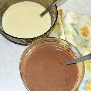 Делим тесто на две равные части и в одну из них подмешиваем какао-порошок.   Жарим блины с двух сторон и накрываем пищевой пленкой чтобы они не обветривались и оставались эластичными!