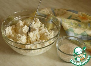For cottage cheese filling grind curd with 100 g of sugar or according to your taste. If the cheese is dry, you can add some cream or sour cream to get a creamy state.
