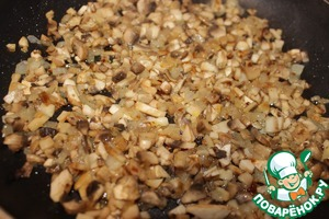 К луку добавить грибы, предварительно которые вымыть и нарезать.