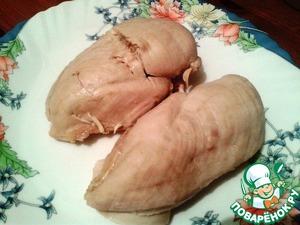 Куриную грудку отвариваем до готовности на пару или в воде (как Вам удобно). Без соли, так как в салате будет много солёных ингредиентов.