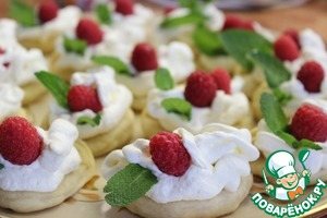 Then spread on a dish and started to decorate. Caused whipped cream, spread the raspberries and mint leaves. Sprinkled with powdered sugar.