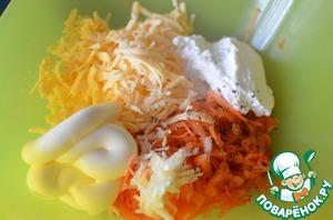 По вкусу посолить, поперчить и заправить салат майонезом.