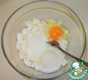 In a large bowl mash cottage cheese with yogurt, add the egg, salt, sugar.