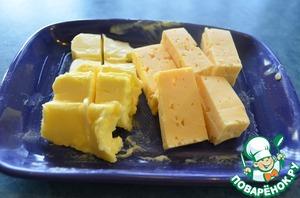 Нарезать небольшими брусочками сыр и масло сливочное.
