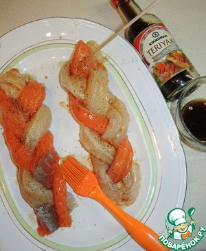 Put ribbons of fish on the dish and brush with sauce-marinade, which mix the soy sauce-KIKKOMAN marinade, olive oil and lemon juice. Sprinkle with freshly ground pepper and even allow them to stand for 20 min.