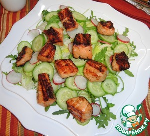 На порционную тарелку положить микс салата, свежий огурец и редис, нарезанные тонкими кружками. Сверху выложить рыбу. Сбрызнуть салат оливковым маслом, посыпать слегка черным молотым перцем и кунжутными семечками и подавать.