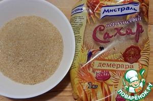 Отмеряем сахар. Кипятим сок со специями 3-5 минут. Затем вынимаем все крупные части специй (гвоздику, корицу, стручок ванили и крупно нарезанную цедру). Ваниль не выкидываем, а кладем в емкость с 2 ст. л. сахара, кода сахар вместе с ванилькой высохнут можно будет их измельчить в кофемолке.