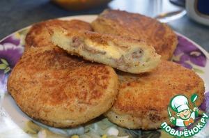 Выложить на сковороду с разогретым маслом и обжарить с двух сторон до золотистого цвета.