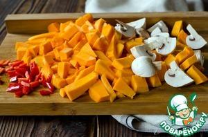Нарезать небольшими кусочками тыкву, грибы и перец чили.