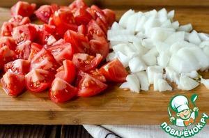 Нарезать помидоры, чеснок и лук.