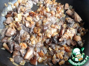The mushrooms and onions finely chop and fry until cooked in vegetable oil.