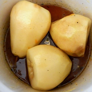 Code the sugar has dissolved put the pears in our syrup. Varenna medium heat until soft, periodically gently inverting. I have cooked about 30 min. The readiness check skewer gently pierced the bag.