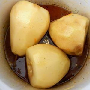 Кода сахар растворится выкладываем груши в наш сироп. Варимна небольшом огне до мягкости периодически аккуратно переворачивая. У меня варились около 30минут. Готовность можно проверить шпажкой аккуратно проткнув грушу.