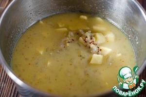 Добавить молоко и очищенный и нарезанный кубиками картофель. Довести до кипения и варить до готовности картофеля.