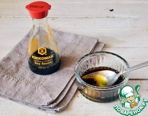 Приготовим соус: соединяем соевый соус с медом и оливковым маслом, добавляем сок лайма и хорошо перемешаем!
