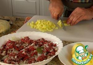 Замесить тесто из всех ингредиентов, дать постоять 20-30 минут, чтобы стало эластичным. Тем временем порезать мясо лук и картошку, добавить лавровый лист, соль перец и перемешать.