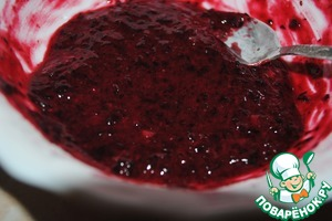 Prepare the filling:150 g of black currant them in the blender, add 5 tablespoons of sugar+ 1 tbs. of starch, put on 30-60 minutes in the refrigerator