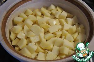 Далее слоями выложить овощи. Сначала картофель.