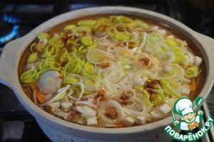Влить горячую воду или бульон, чтобы он покрывал овощи примерно на палец.
