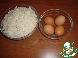 Cook hard-boiled eggs, cool, clean.   Rice cooked in salted water. The ratio of rice and water is 1:2.  The amount of rice you can take a little more than less.  I brewed 300 grams of rice 600 ml of water.