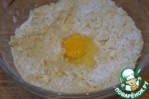Муку просеять вместе с разрыхлителем, добавить масло и растереть в крошку.    Добавить яйцо, воду и быстро замесить тесто.