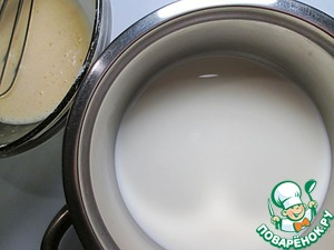 The milk is heated, pour it into the egg-starch mass, without ceasing to stir with a whisk, then pour the cream in a saucepan and cook on low heat until thick, stirring occasionally. Bring to a boil, but not boil.