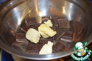 Шоколад, разломанный на кусочки и масло растопить на водяной бане.