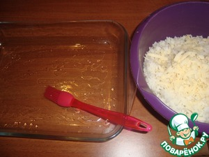 Form for baking grease with oil (vegetable or butter).   Mix the cooled cooked rice with half of cheese (100 g ), crushed garlic and seasonings to taste.  I used a mixture of peppers, salt not added, because the rice is cooked in salted water.