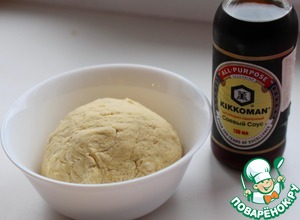 Add soy sauce and 90 ml of hot water, carefully knead the dough. Leave alone for 30-40 minutes.