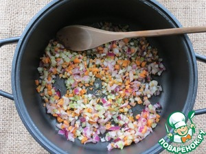 Finely chop the vegetables: onions, carrots and celery. put on fire a pan with a thick bottom, with oil. When the oil is hot - add the chopped vegetables.
