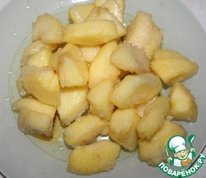In a pan heat the oil and fry the apples. The degree of roast do according to your taste. Apples spread from the pan