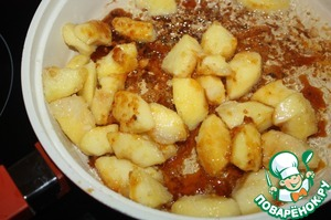 Drain from the pan most of the oil, reduce the heat, pour into a pan the sugar, heat until full melting. Apples quickly fry in caramel.
